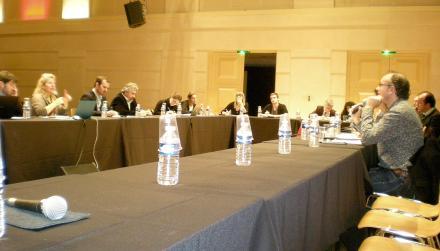 Le public était invité à s'attabler avec les intervenants pour être mieux intégré au débat.(crédit : J.C)
